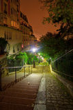 Natten beskådar av Montmartre trappa Arkivbild