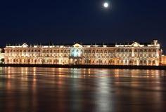 Natten beskådar av St Petersburg. Vinterslott från den Neva floden Royaltyfria Bilder