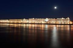 Natten beskådar av St Petersburg. Vinterslott från den Neva floden Royaltyfri Foto