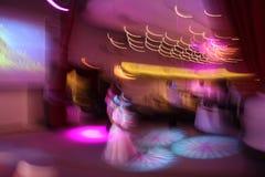 natten för rörelse för bilden för det abstrakt för blurkameraclosen som för klubban färgglada diskot för dansen shutter den lyckl Arkivfoto