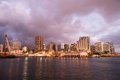 Natten faller metropolisen Hawaii för Honolulu den i stadens centrum stadshorisont Uni arkivbilder