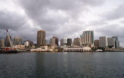 Natten faller metropolisen Hawaii för Honolulu den i stadens centrum stadshorisont Uni arkivbild