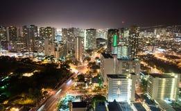 Natten faller metropolisen Hawaii för Honolulu den i stadens centrum stadshorisont Uni fotografering för bildbyråer
