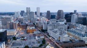 Natten faller som stormmoln virvlar runt över i stadens centrum New Orleans royaltyfria foton