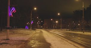 Natten går i en provinsiell stad i vinter stock video