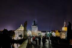 Natten går på bron i Prague Arkivfoton