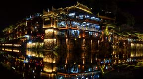 Natten i den Fenghuang staden, den mest härliga forntida staden i Kina Royaltyfri Fotografi