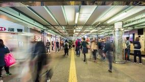 Natten ljusa Hong Kong trängde ihop gångtunnelen som går för tidschackningsperioden för panorama 4k porslinet arkivfilmer