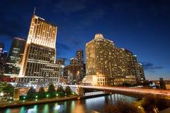 Natten på Riverwalk parkerar i i stadens centrum Chicago, Illinois arkivfoto
