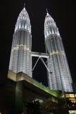 natten petronas towers två Fotografering för Bildbyråer