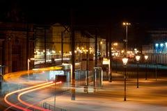 Natten rusar i en stad Arkivfoto