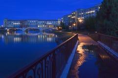 Natten sätter runt om den Pontiveccio bron över sjön Las Vegas i Nevada royaltyfri fotografi
