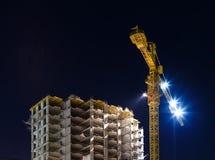 Natten sköt av konstruktionsutrustning på byggnadsplatsen Arkivbild