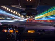 Natten som kör, beskådar från inre bilen Arkivfoto
