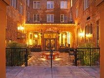 Natten tände borggården av det historiska Petaluma hotellet Royaltyfria Bilder