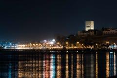 Natten tänder i Rabat, Marocko från fjärden Arkivbild