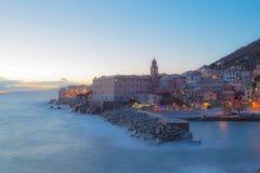 Natten tänder på sjösidabyn med färgrika hus/Genua/Nervi/Italien royaltyfria bilder