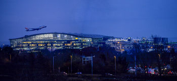 Natten tar av på den Heathrow flygplatsen Arkivfoton