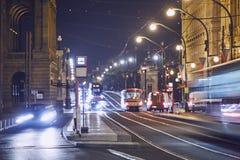 Natten trafikerar i staden royaltyfria bilder