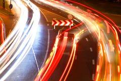 Natten trafikerar i staden Fotografering för Bildbyråer