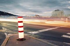 Natten trafikerar i staden arkivfoton