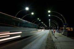 Natten trafikerar i staden Royaltyfri Fotografi