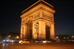 Natten vinkelsikt av Arc de Triomphe, Paris, december tänder Royaltyfri Fotografi