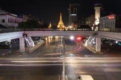 Nattetid och hastighet av ljus av den guld- oktogon av den Sule pagoden på kvadratfotplanskilda korsningen på tvärgatan av Anawra royaltyfri bild