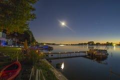Nattetid på sjön över sommarferien royaltyfri fotografi