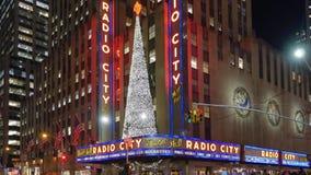 Nattetid som upprättar skottet av radiostadsmusik Hall på jul arkivfilmer