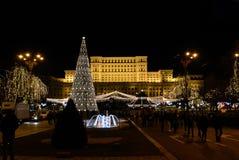 Nattetid utanför den rumänska parlamentet på jul Arkivbild