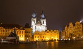 Nattetidbelysningar av sagakyrkan av vår dam Tyn (1365) i den magiska staden av Prague, Tjeckien Royaltyfri Bild