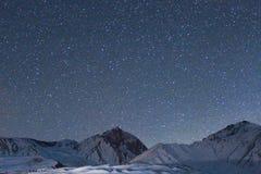 Nattetidfoto av berg med stjärnor royaltyfri foto