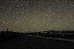 Nattetidfoto av berg med stjärnor arkivbild