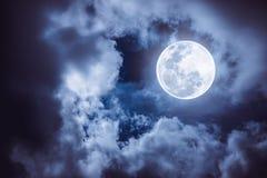 Nattetidhimmel med den molniga och ljusa fullmånen skulle göra en grea Royaltyfria Foton