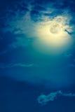 Nattetidhimmel med moln och den ljusa fullmånen med skinande Royaltyfri Foto
