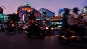Nattetidschackningsperiod i Saigon, haotic trafik stock video