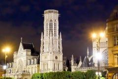 Nattetidsikt av den Paris kyrkan Arkivfoto