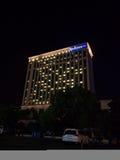 Nattetidsikt av det Radisson blåtthotellet Royaltyfri Foto
