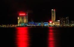 Nattetidsikt av Detroit River den kanadensiska sidan från Detroit Royaltyfria Bilder