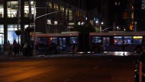 Nattetidsikt av Manhattan gångare i en övergångsställe stock video