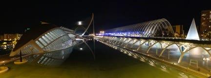 Nattetidsikt av Valencias stad av konster och vetenskaper royaltyfria bilder