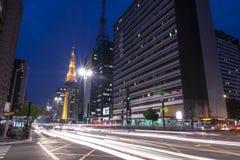 Nattetidtrafik på den Paulista avenyn i Sao Paulo, Brasilien Arkivbild