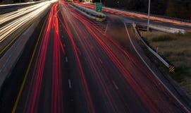 Nattetidtrafik på en huvudväg arkivbilder