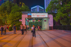 Nattförsäljning av frukt i gångtunnelutgången av kvinnor fotografering för bildbyråer