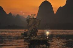 Nattfiske med kormoran på floden Lijiang Royaltyfri Foto