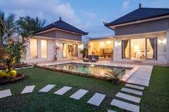 Nattforslyx och privat villa med den utomhus- pölen Royaltyfria Foton