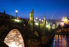 Nattfoto av crowdy Charles Bridge, Prague, Tjeckien Arkivbild