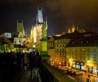 Nattfoto av crowdy Charles Bridge, Prague, Tjeckien Fotografering för Bildbyråer
