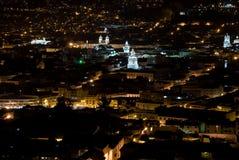 Nattfoto av den gamla koloniala staden i Quito, Ecuador Arkivbild